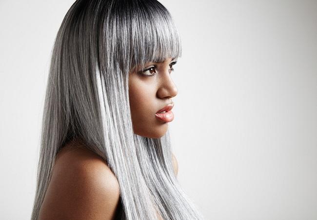 mujer con piel oscura y cabellera gris