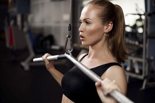 menopausia precoz mujer haciendo pesas