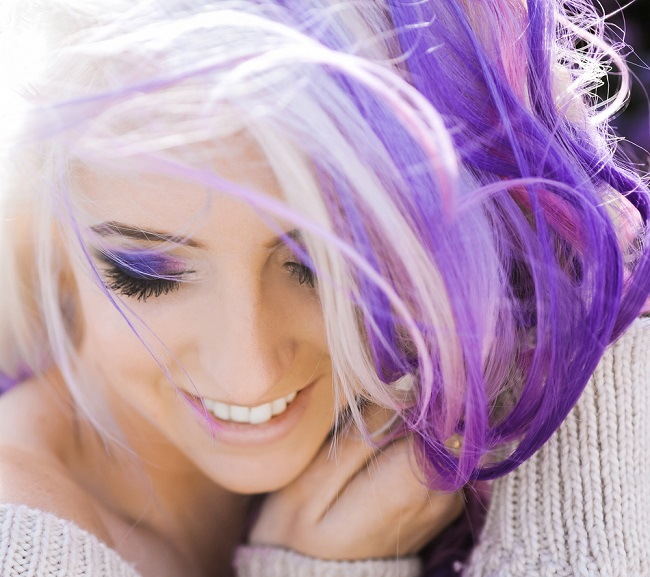 tendencias en cabello gris con mechas de colores