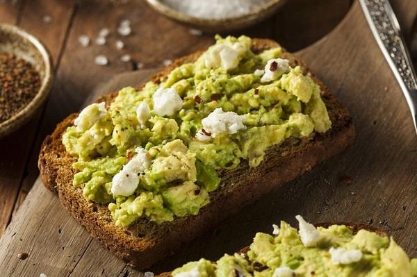pan de barra sin gluten con aguacate