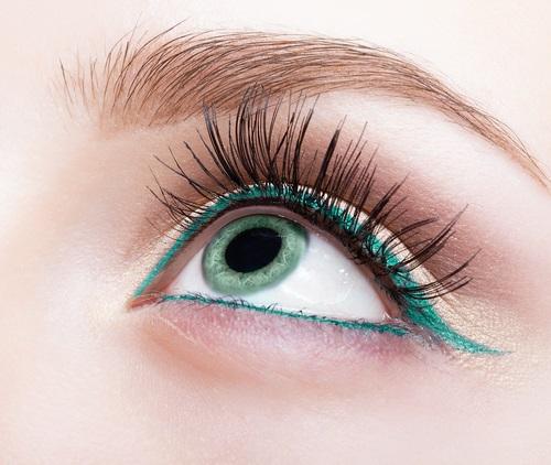 Pestañas postizas que se ven más naturales en el ojo de una joven mujer