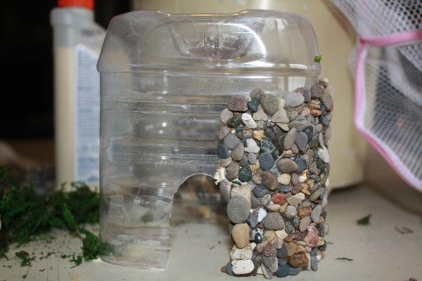cómo decorar el jardín con casitas de piedra
