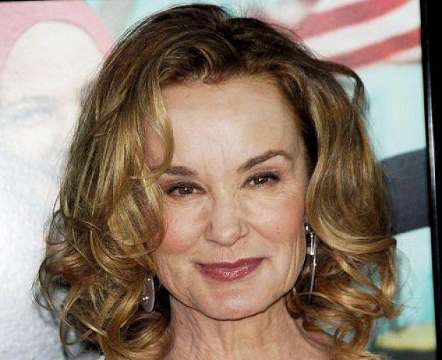 Una mujer mayor que lleva un corte de pelo juvenil