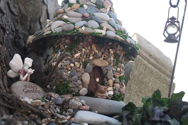 decorar el jardín con casas en miniatura