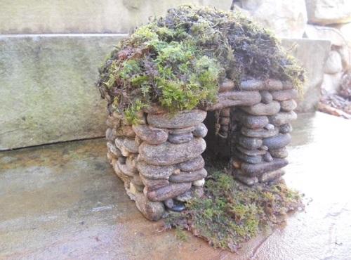 Casas miniatura de piedra para decorar el jard n for Decorar muro jardin