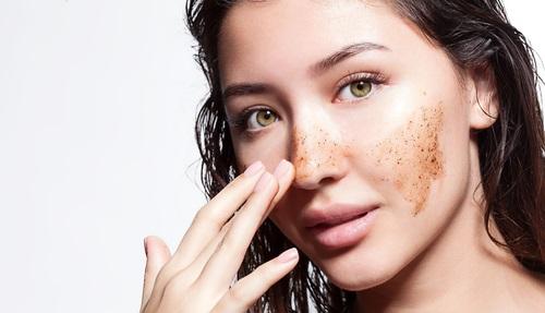exfoliar la piel de la cara con café