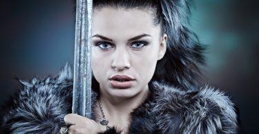 mujer espada personalidad fuerte valiente