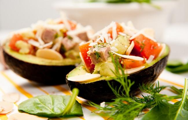 Platillo delicioso de aguacate relleno que se incpora a las dietas vegetarianas