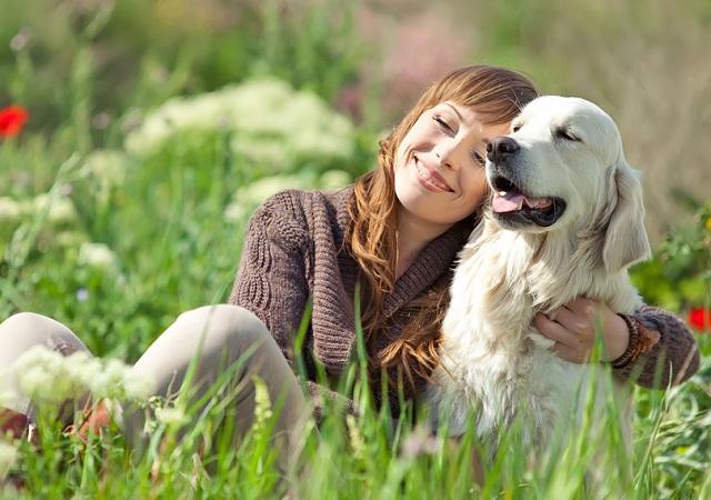 Una mujer en compañia de su perro pasando una tarde en el parque
