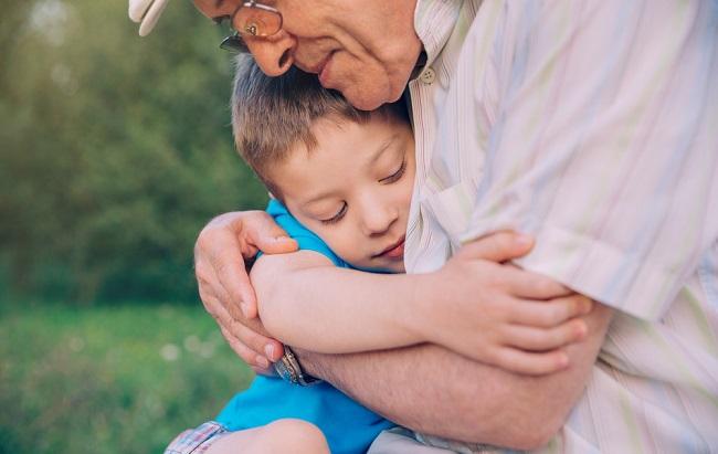 Abuelo dando un abrazo a su nieto