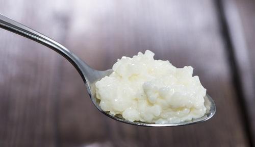 Una cucharada de qrroz blanco preparando el queso de arroz