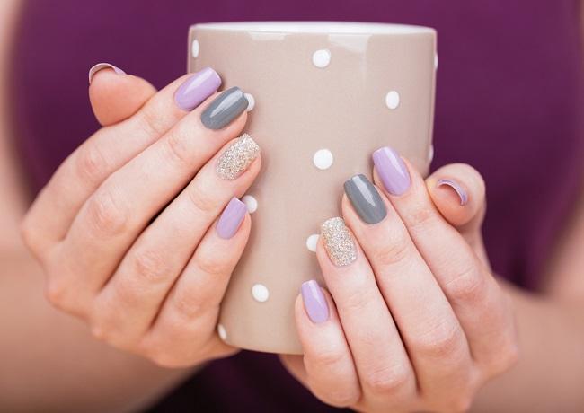 Un estilopara pintar las uñas de manera muy diferente