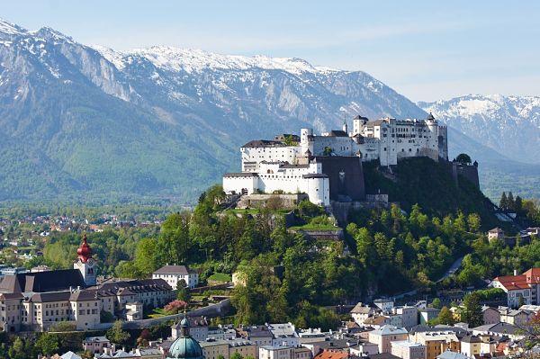 Vista de un fuerte en Salzburgo, en la ruta alpina ed austria