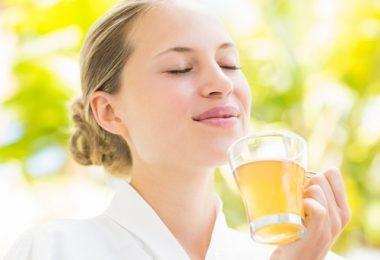 bebiendo una taza de té verde