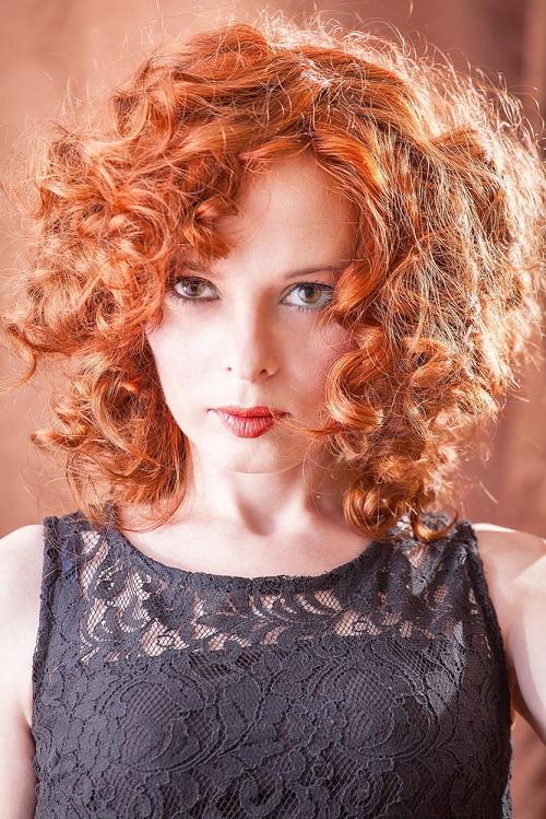 Mujer con tono de piel fría que lleva colores de pelo rojizos