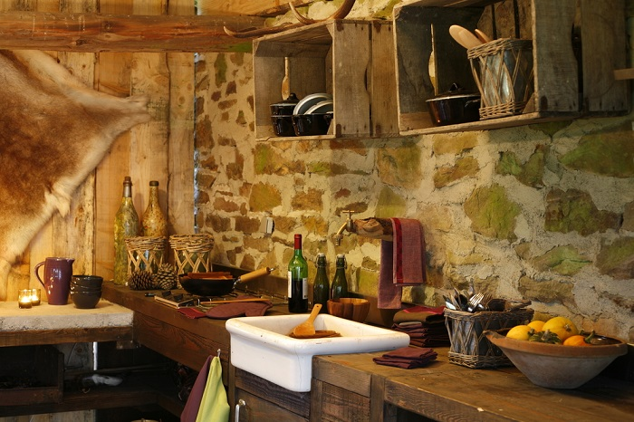 Un diseño para cocinas rústicas donde se usa madera y piedras dando un aspecto más campireño