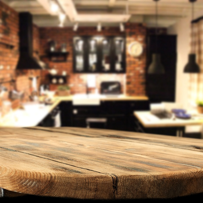 Una mesa de madera en la cocina dándole más estilo rústico al lugar