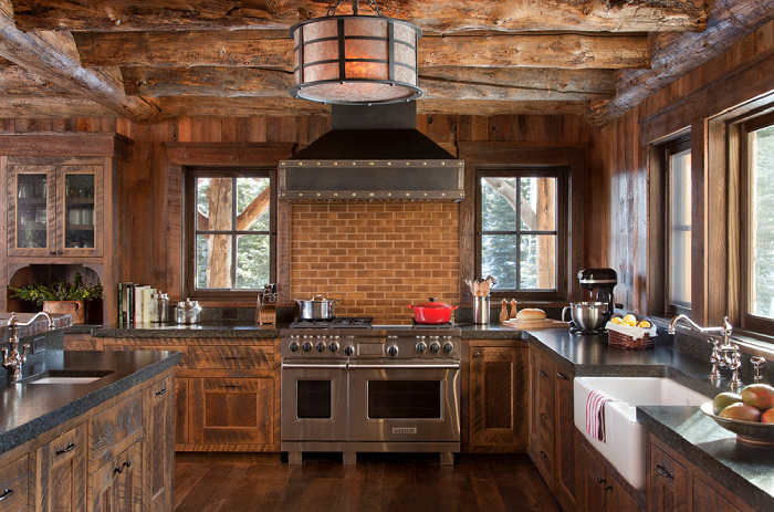 Se pueden apreciar los muebles en el diseño de una cocina rústica