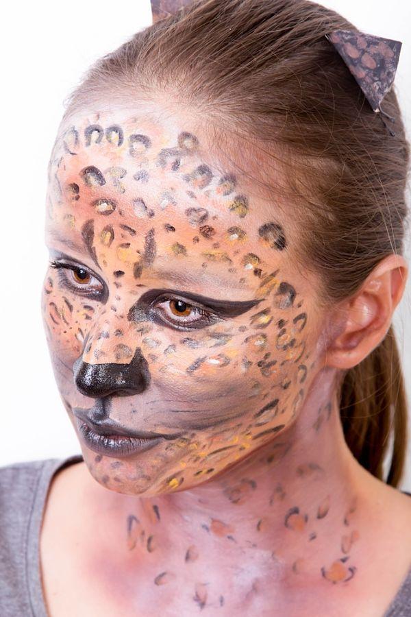 chica con maquillaje para halloween con cara pintada de felina