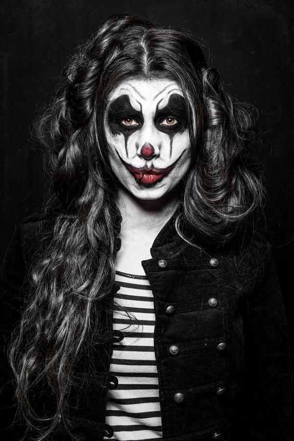 chica con maquillaje para halloween pintada de payaso maldito
