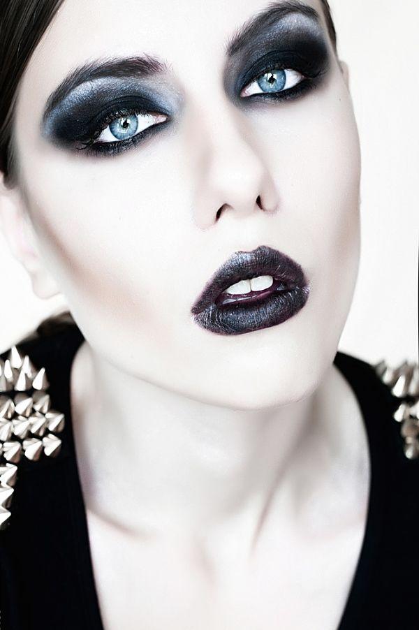 chica linda con maquillaje para halloween con estilo dark rostro blanco y labios negros