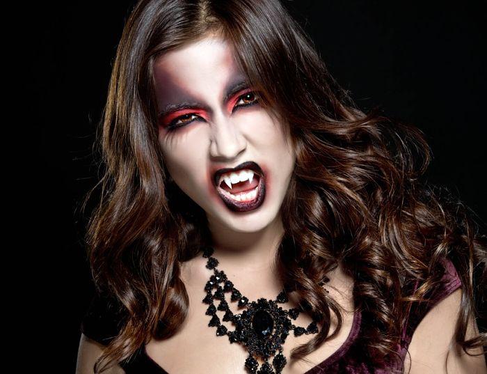 chica con maquillaje para Halloween mujer vampiro con colmillos