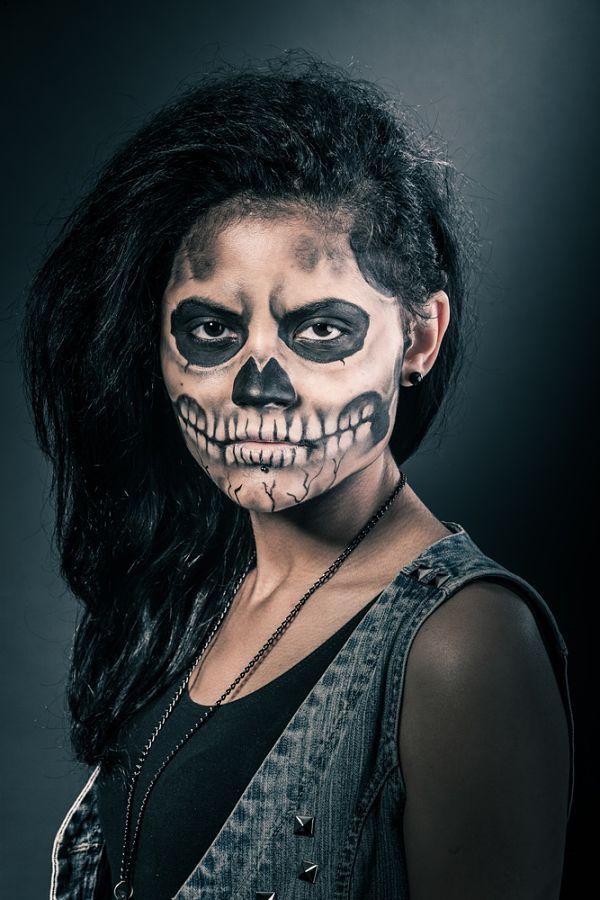 mujer con maquillaje para halloween personificando a una calavera