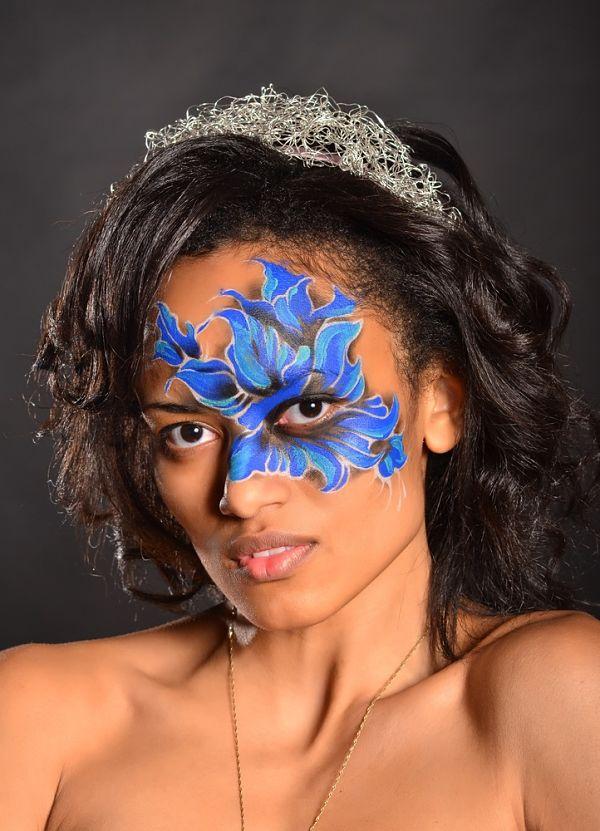 chica con maquillaje para halloween con flor pintada en la cara