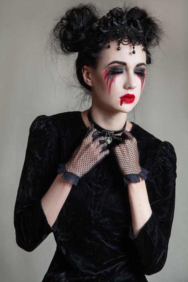 mujer con maquillaje para halloween pintada de viuda muerta
