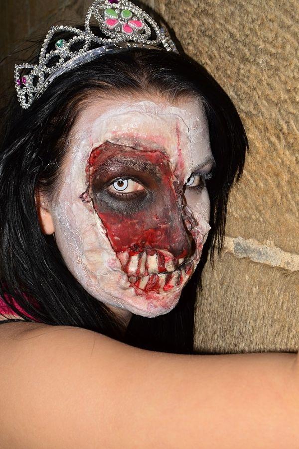 mujer disfraz de princesa y maquillaje para halloween con rostro pintado de zombie