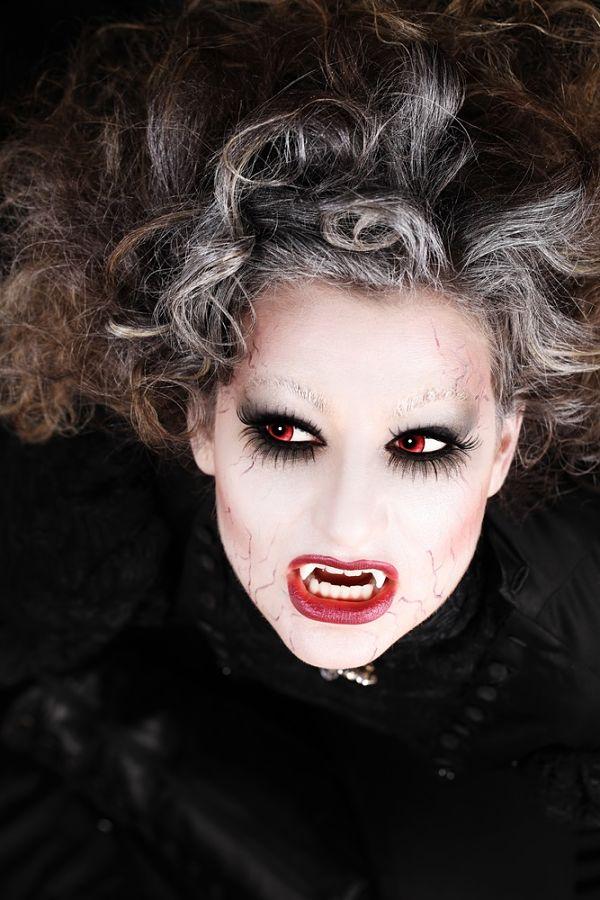 chica con maquillaje para halloween estilo vampireza