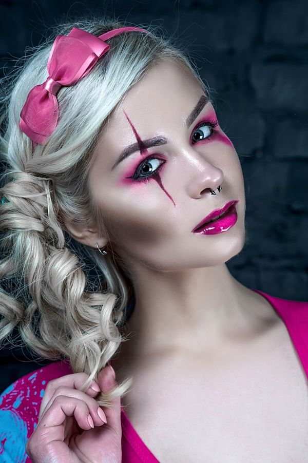 chica usando maquillaje para halloween estilo hada infantil