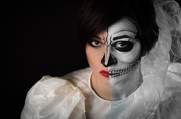 mujer con maquillaje para halloween en forma de calavera estilo catrina
