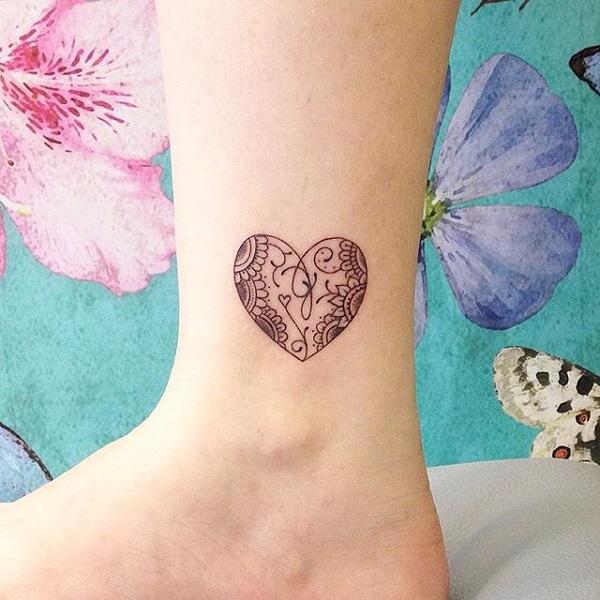 una mujer con un tatuaje pequeño de un corazón en su pierna