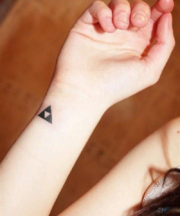 chica con un tatuaje pequeño con un triple triángulo que significa la trinidad