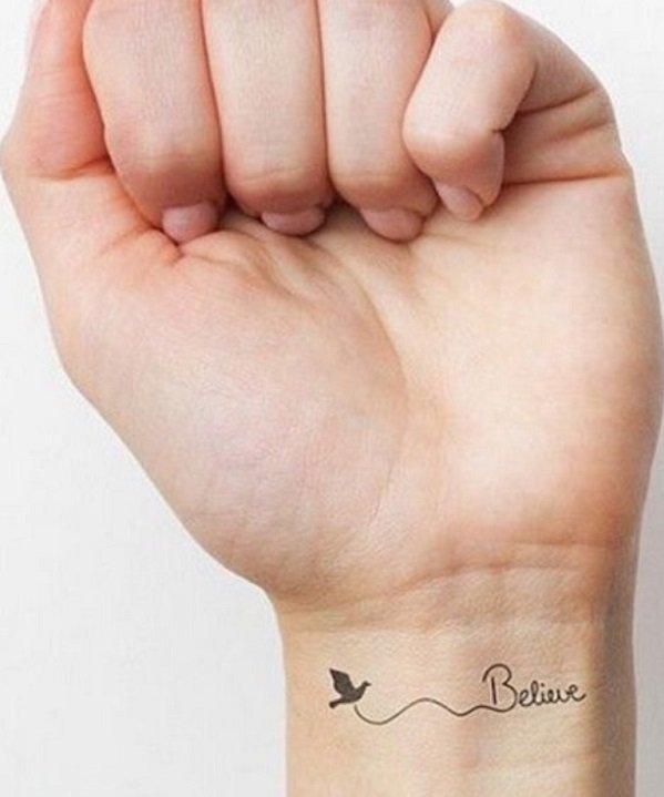 chica con un tatuaje con la palabra