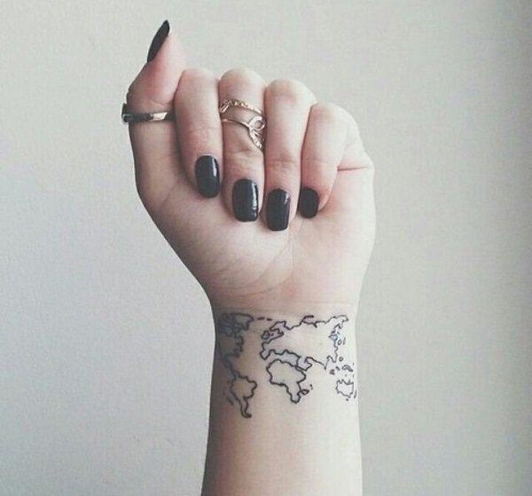 un pequeño mapa del mundo tatuado en el brazo de una mujer