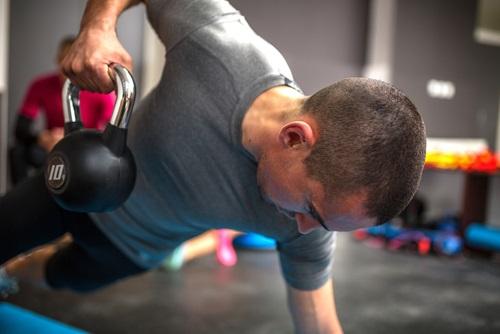 un ejercicio que aumenta la fuerza y resistencia del cuerpo