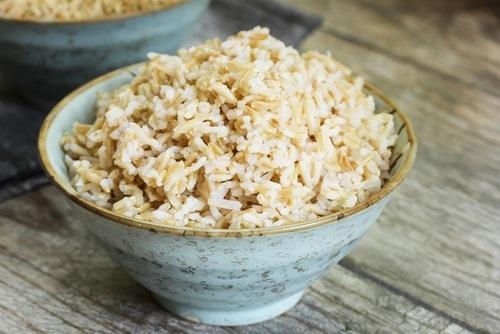 una taza con arroz integral para realizar nuestro postre