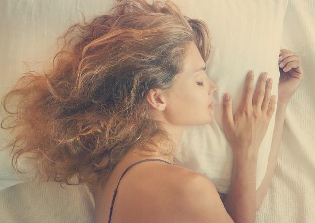 Mujer duerme con un diente de ajo debajo de la almohada