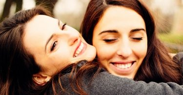 dos chicas abrazándose abrazo cariño