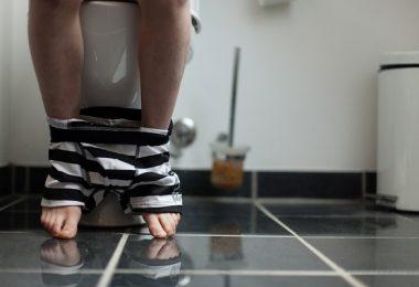 hombre haciendo del baño caca evacuar extreñido baño