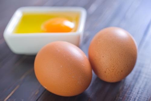 Plato con huevos crudos y sin cocinar pueden intoxicarte