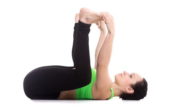 yoga postura de bebé feliz para tirar gases
