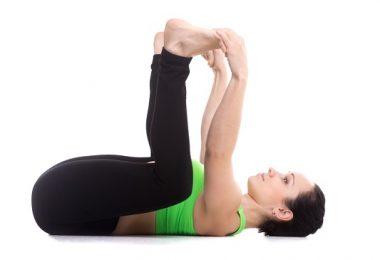 yoga postura de bebé feliz