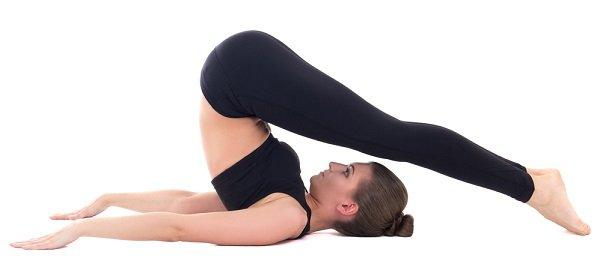 yoga postura del arado para tirar gases