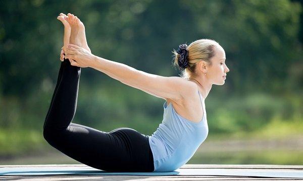 yoga postura del arco Dhanurasana para tirar gases