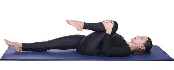 yoga postura Pavanmuktasana para tirar gases