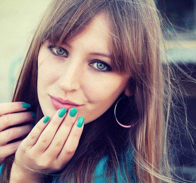 Joven mujer luciendo un corte de flequillo abierto