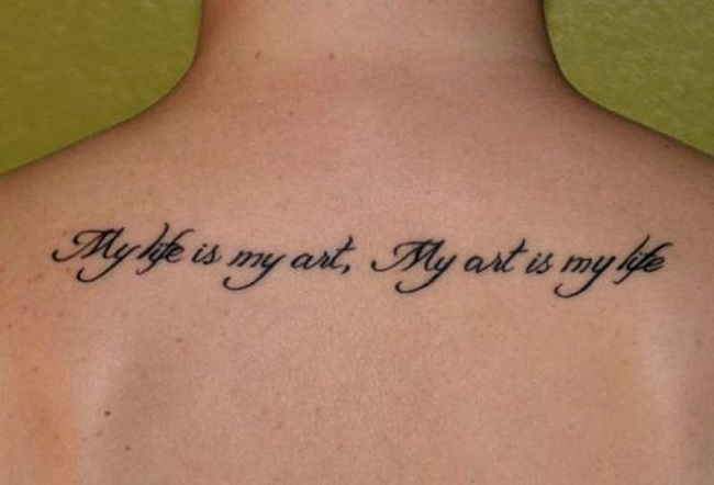 Una frase sonre la vida tatuada en la espalda de una mujer
